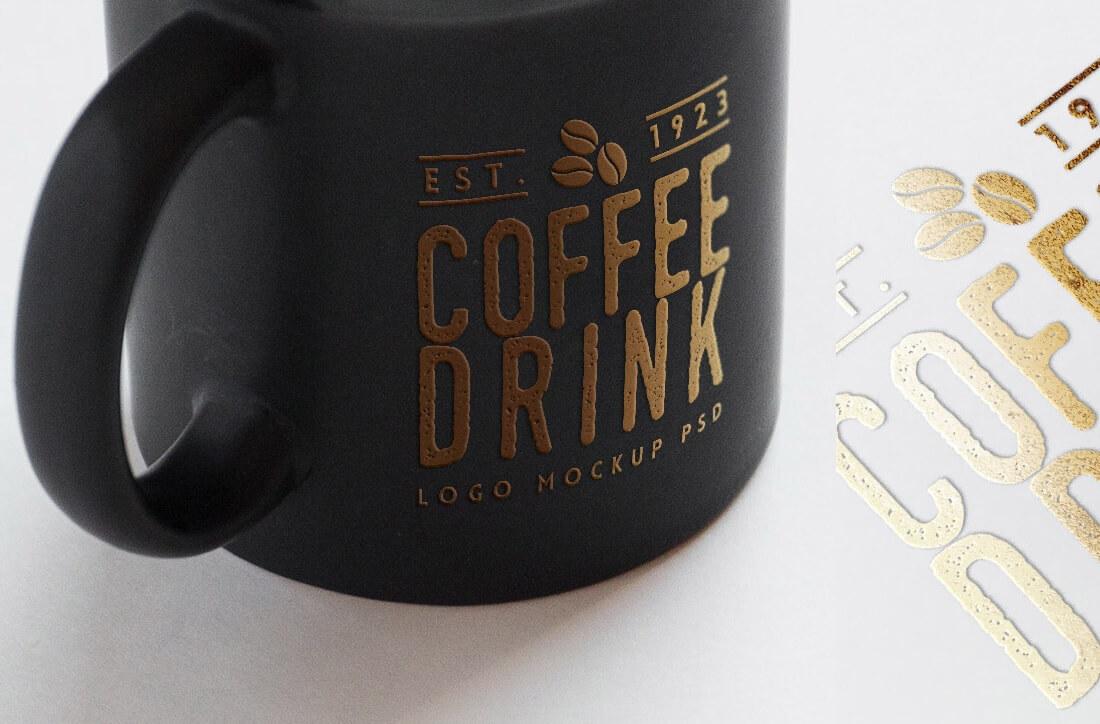 종이와 커피 컵에 무료 로고 모형